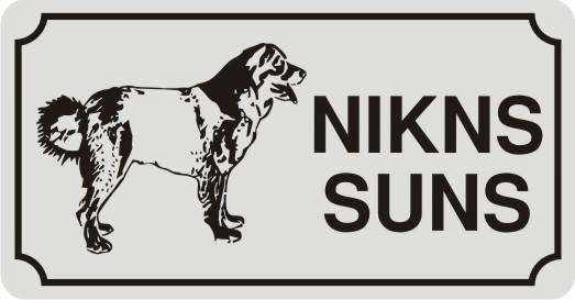 Zīme ar suni NIKNS SUNS (1) - uz balta atstarojoša fona - 115x220mm