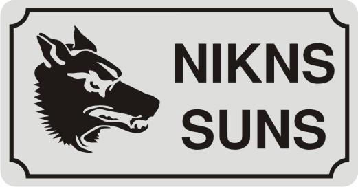 Zīme ar suni NIKNS SUNS (2) - uz balta atstarojoša fona - 115x220mm