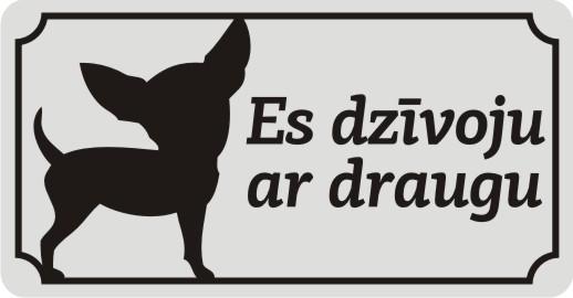 Zīme ar suni ES DZĪVOJU AR DRAUGU - uz balta atstarojoša fona - 115x220mm