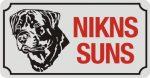 Zīme ar suni NIKNS SUNS (3) - uz balta atstarojoša fona - 115x220mm