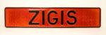 LATSIGN Vārda numura zīme uz sarkanas vizuļojošas pamatnes - Zigis