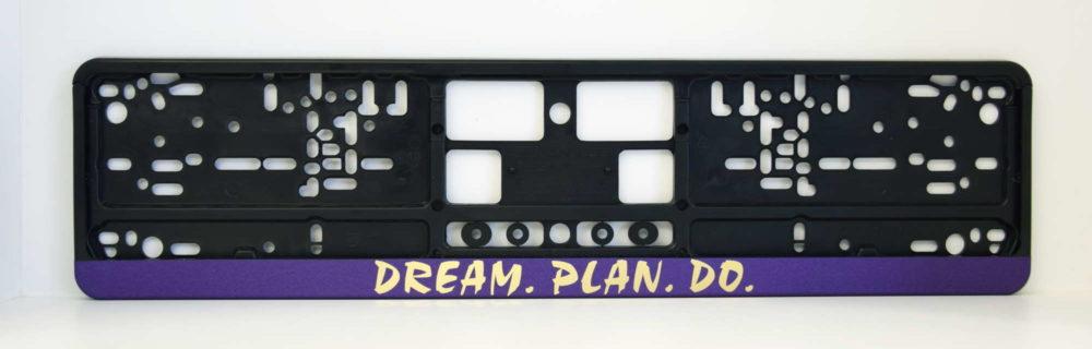 LATSIGN Melns auto numura turētājs ar uzrakstu Dream. Plan. Do. uz lillā fona