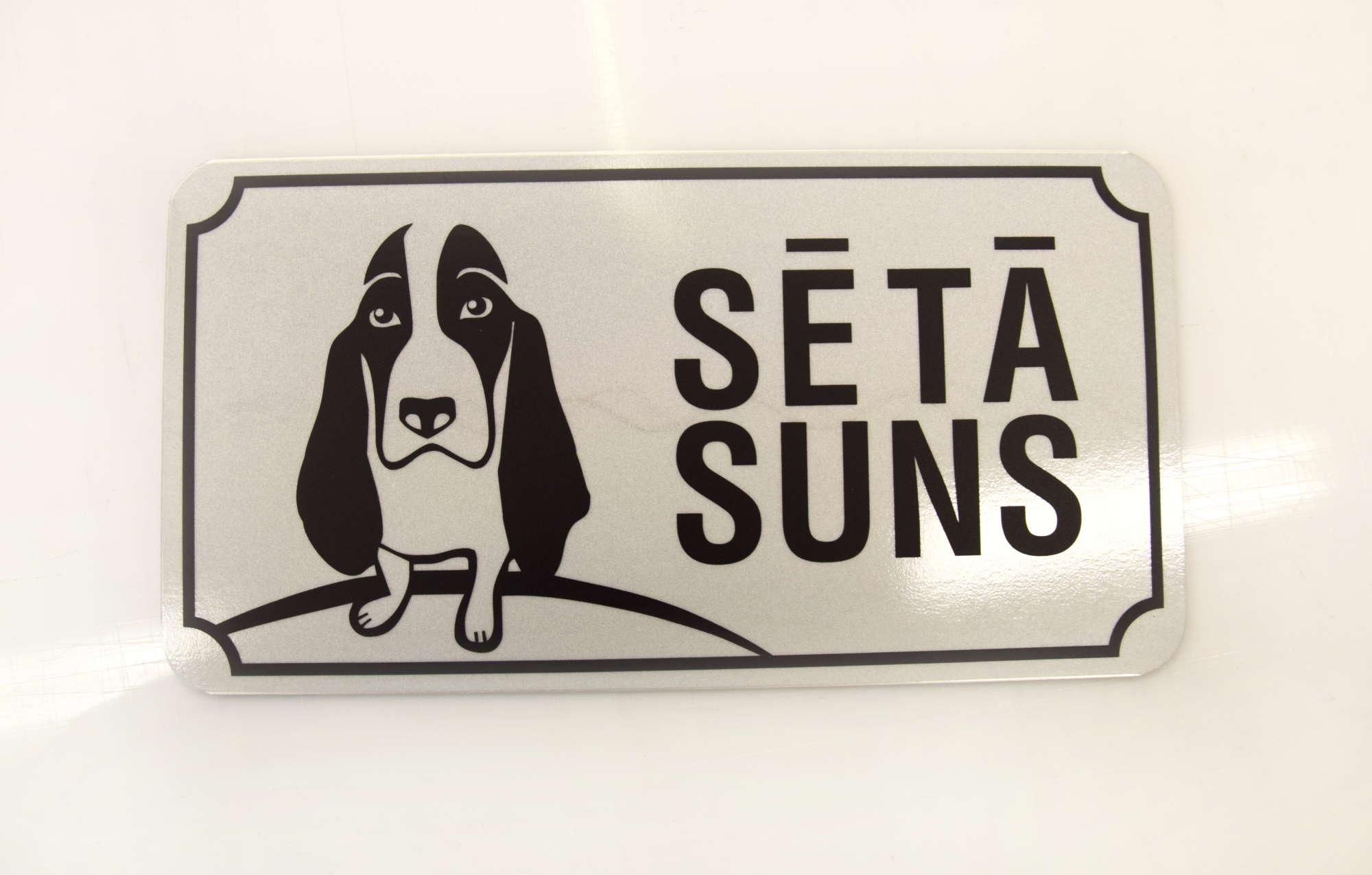 LATSIGN Informatīvā bridinājuma zīme ar Basetu - Sētā suns