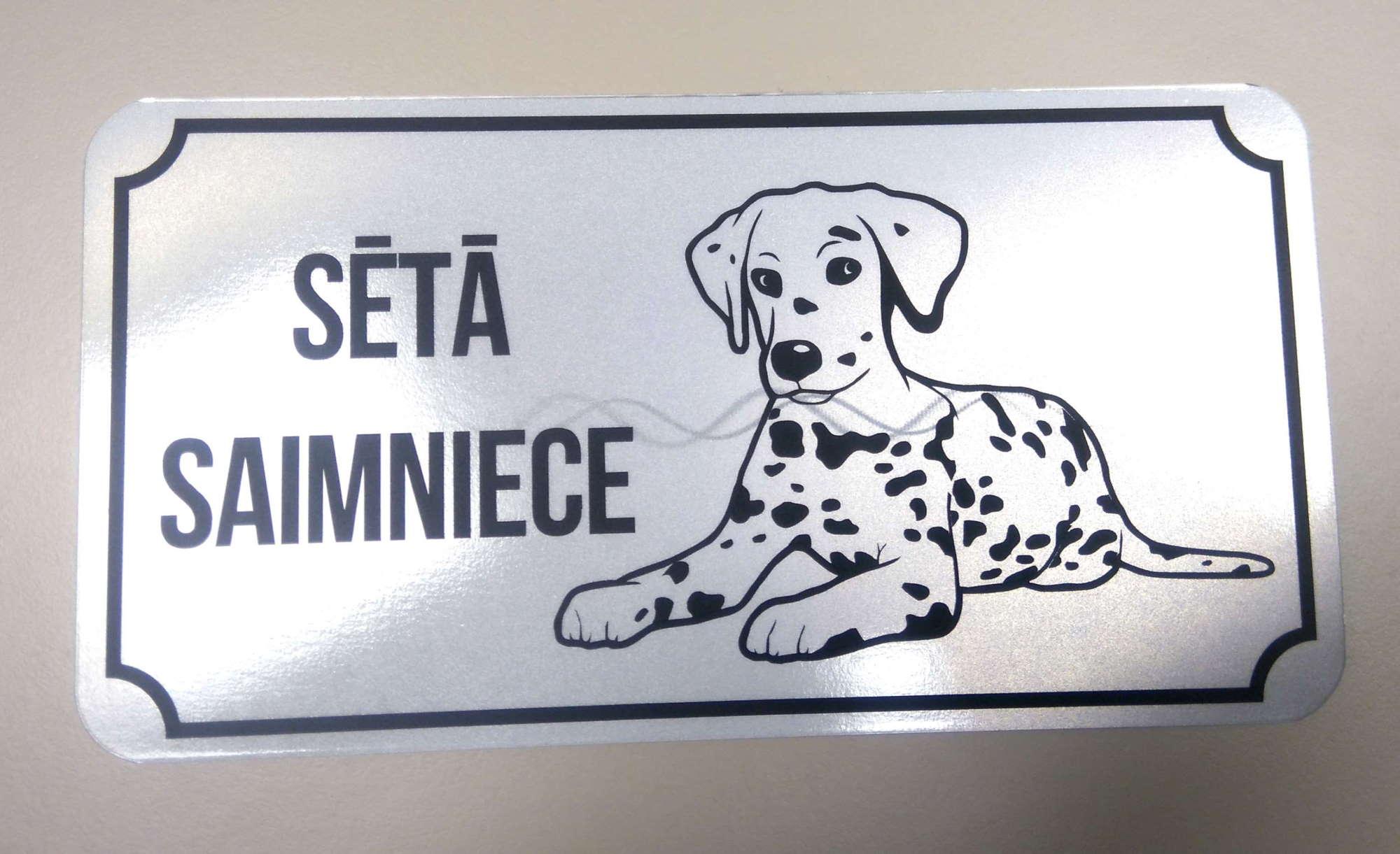 LATSIGN Informatīvā bridinājuma zīme ar Dalmācieti- Sētā saimniece
