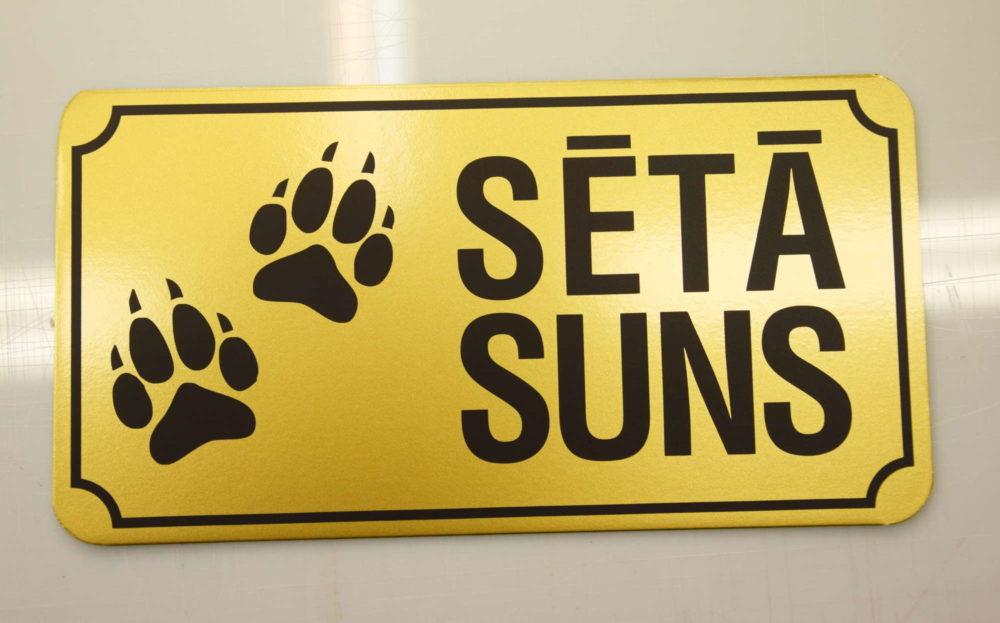 LATSIGN Informatīvā bridinājuma zīme zelta krāsā ar ķepiņām - Sētā suns