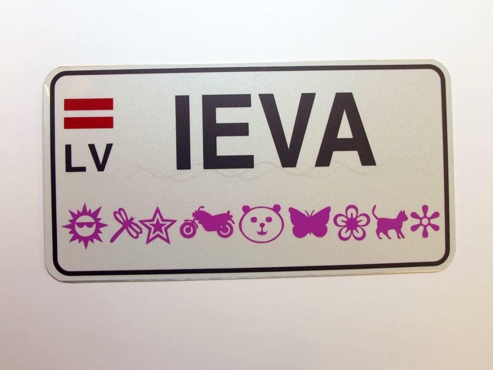 LATSIGN Informatīvā ratiņu vārda numura zīme ar ornamentiem un Latvijas karogu- Ieva