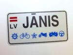 LATSIGN Informatīvā ratiņu vārda numura zīme ar ornamentiem un Latvijas karogu- Janis