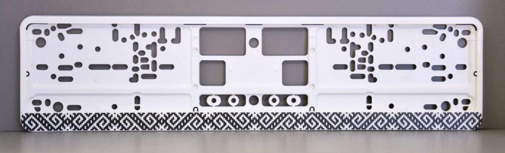 LATSIGN Auto numura turētājs baltā krāsā ar melniem latvju rakstiem un spīdumiņiem - Zalktis