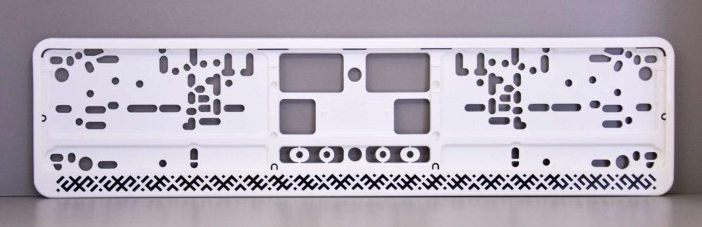 LATSIGN Auto numura turētājs baltā krāsā ar latvju rakstiem melnā krāsā