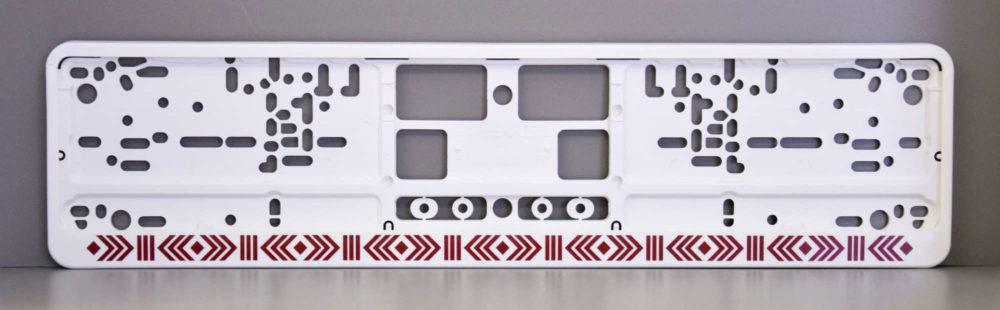 LATSIGN Auto numura turētājs baltā krāsā ar latvju rakstiem sarkanā krāsā