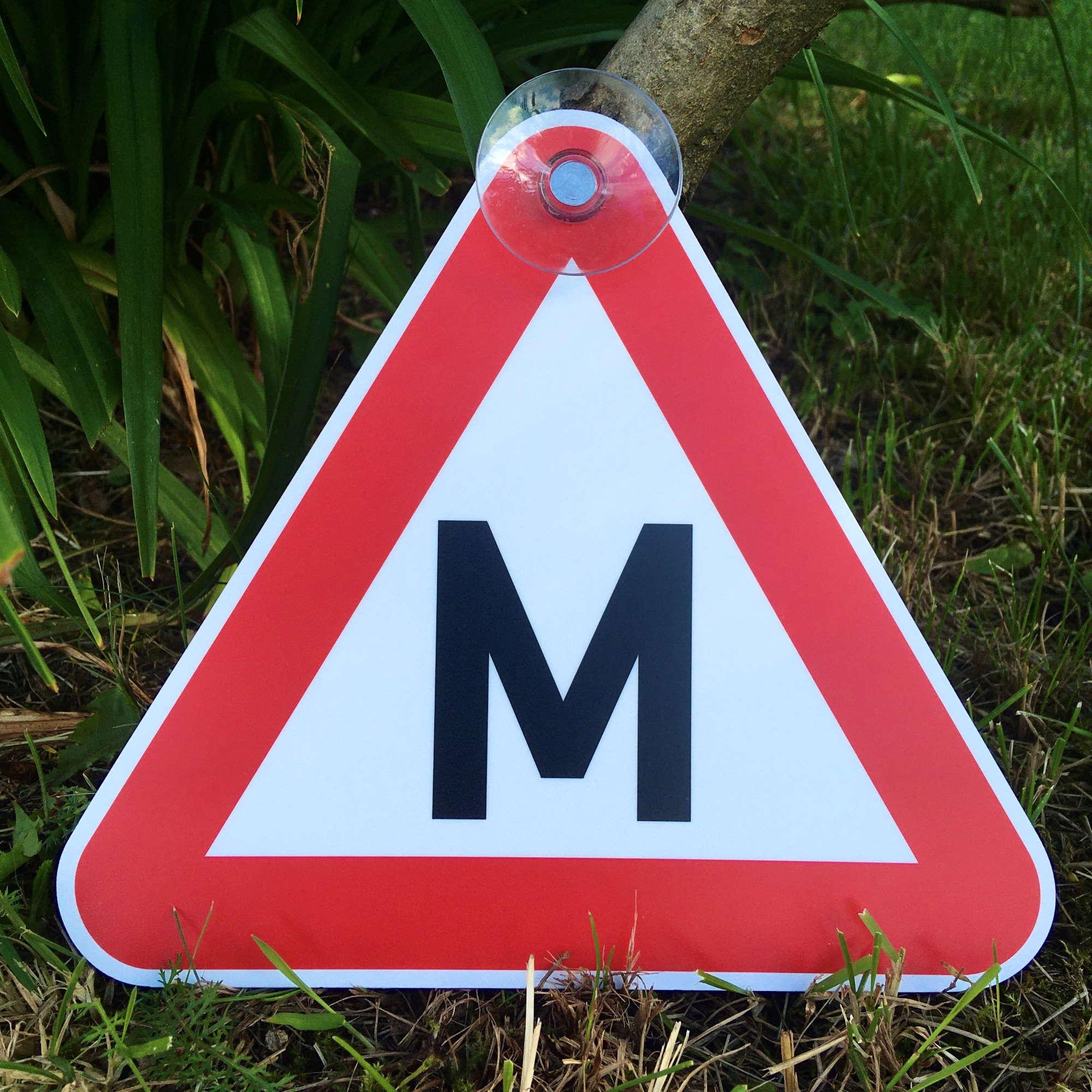LATSIGN Plastikāta zīme ar piesūcekni braukšanas mācību transportlīdzeklim - auto