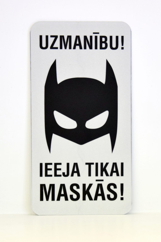 LATSIGN Informatīvā zīme, Helovīna versija, Betmens - Uzmanību! Ieeja tikai maskās!