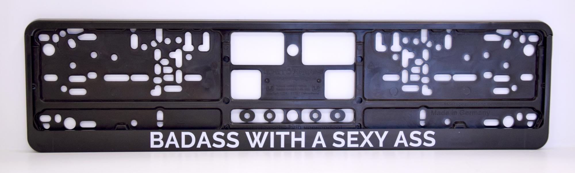 LATSIGN Auto numura turētājs ar uzrakstu - Badass with a sexy ass