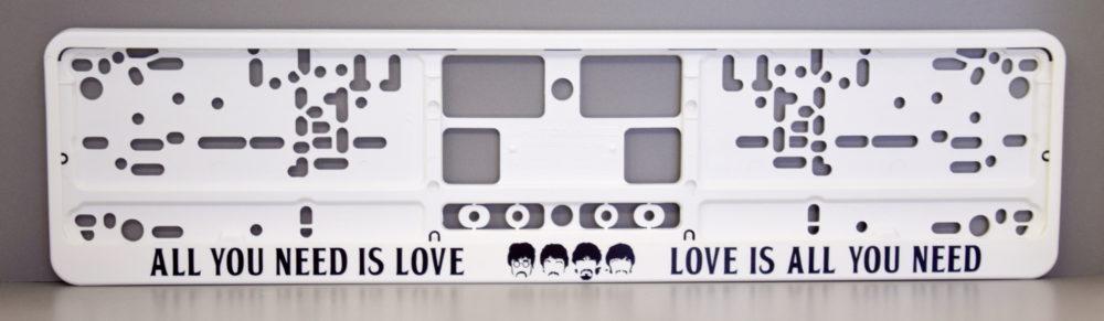 LATSIGN Auto numura turētājs baltā krāsā ar uzrakstu - All you need is love, Love is all you need. Beatles